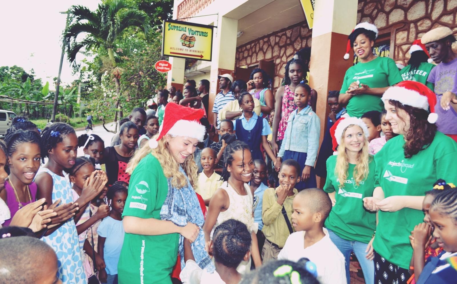 現地の子供たちとクリスマスを祝うボランティアたち